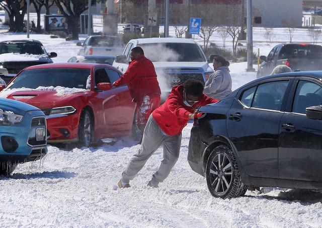 Loạt Tiktoker cố đốt tuyết để chứng minh thuyết âm mưu bão tuyết giả ở Mỹ do chính phủ tạo nên - Ảnh 1.