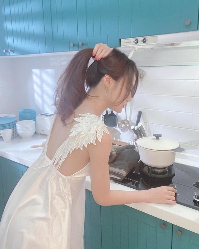 Chỉ mặc tạp dề xuống làm bếp, nàng hot girl đảm đang khiến cộng đồng mạng phấn khích, nô nức tìm thông tin - Ảnh 2.