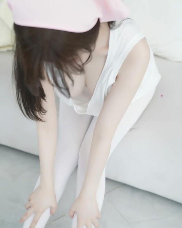 Nữ YouTuber gây sốc hơn nữa khi lựa chọn thả rông vòng một của mình