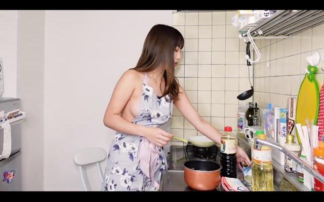Quấn mỗi tạp dề rồi lên sóng nấu ăn, nàng YouTuber khiến người xem chết lặng khi liên tục hớ hênh - Ảnh 8.