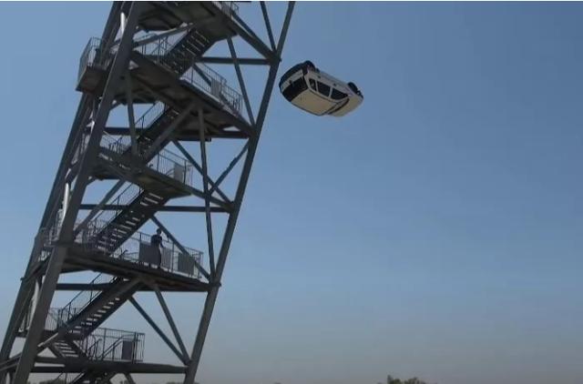 Làm thử thách thả ô tô từ độ cao 45m xuống đệm lò xo cho vui, nam YouTuber nhận muôn vàn gạch đá - Ảnh 2.