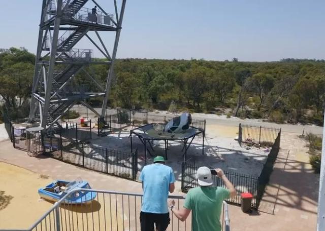 Làm thử thách thả ô tô từ độ cao 45m xuống đệm lò xo cho vui, nam YouTuber nhận muôn vàn gạch đá - Ảnh 4.