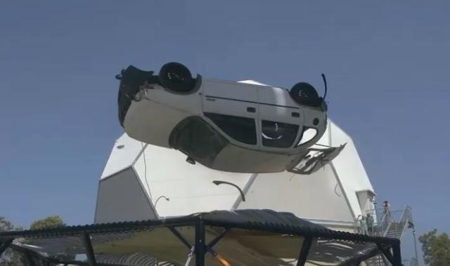 Làm thử thách thả ô tô từ độ cao 45m xuống đệm lò xo cho vui, nam YouTuber nhận muôn vàn gạch đá - Ảnh 5.