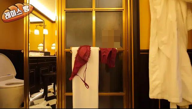 Làm clip khoe thân với đủ các nội dung phản cảm, nữ YouTuber giấu mặt bị truy tìm danh tính, ném đá dữ dội - Ảnh 5.
