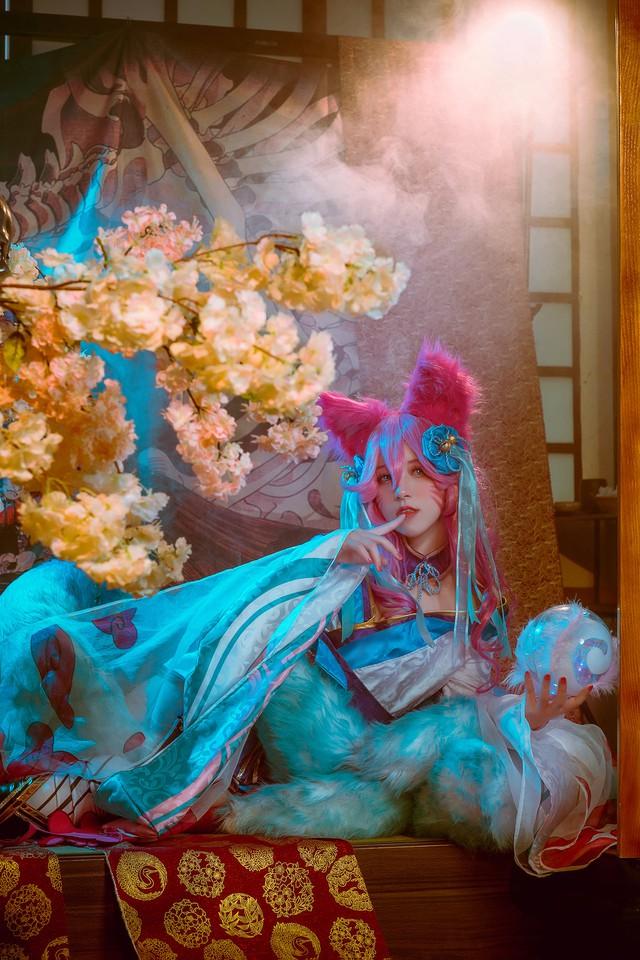 Ngất trên giàn quất với loạt ảnh cosplay Ahri Chiêu Hồn Thiên Hồ do mỹ nhân người Việt hóa thân - Ảnh 3.