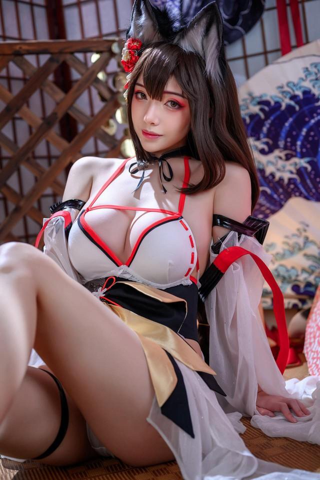 Khó thở trước bộ ảnh cosplay cô nàng Atago trong tựa game Azur Lane, tàu chiến như này ăn đạn cũng đáng - Ảnh 6.
