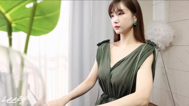Làm phép biến mất quần áo rồi dạy fan chơi piano, nữ YouTuber khiến khán giả không khỏi bỏng mắt - Ảnh 3.