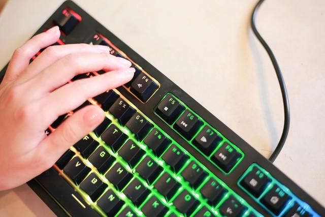 Trên tay bàn phím cơ gaming Ajazz DKM150: Rẻ mà lại gõ ngon, LED RGB sang xịn mịn - Ảnh 4.
