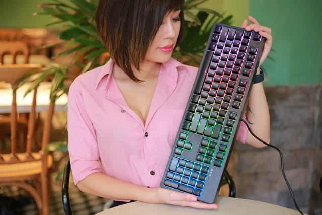 Trên tay bàn phím cơ gaming Ajazz DKM150: Rẻ mà lại gõ ngon, LED RGB sang xịn mịn - Ảnh 1.