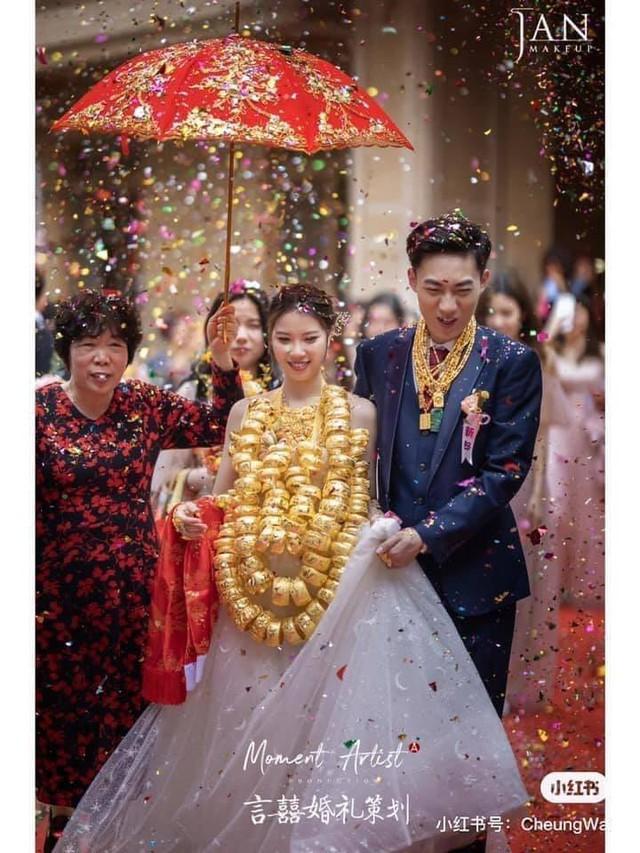 Dân mạng hoa mắt đếm vàng ròng trĩu nặng trên cổ con gái đại gia trong ngày làm hôn lễ - Ảnh 2.