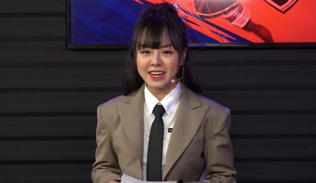 Lần đầu nhìn nữ MC PUBG Mobile đóng vest lịch lãm: Người giật mình, người lại hoang mang - Ảnh 2.