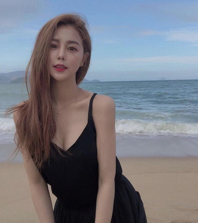 Gây sốt với bức ảnh quyến rũ bên bờ biển, nàng hot girl hoảng sợ vì nhận nhiều lời dụ dỗ, vội khóa MXH - Ảnh 2.