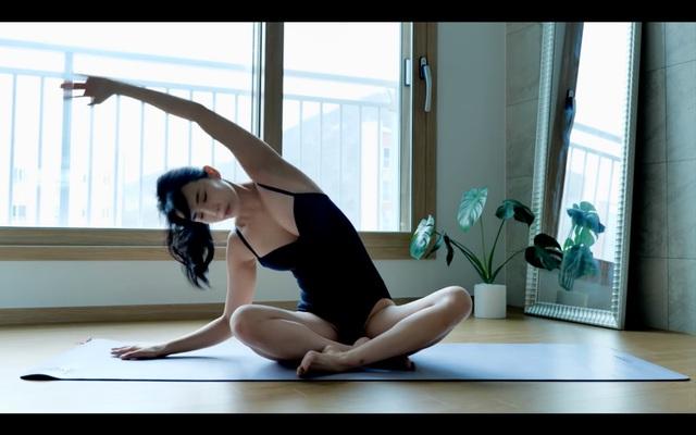 Khoe khả năng uốn dẻo quá nóng bỏng khi tập yoga trên sóng, nữ YouTuber choáng váng khi bất ngờ bị người xem rủ nhau report - Ảnh 4.