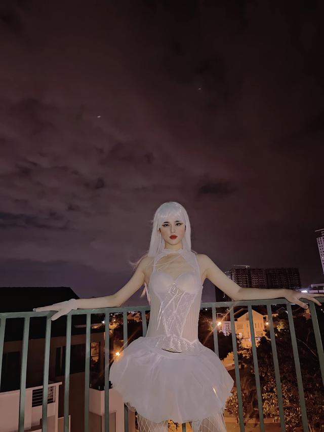 Mãn hạn cấm từ Facebook, Trần Đức Bo tiếp tục diễn trò lố: Mặc váy cô dâu, tạo dáng phản cảm! - Ảnh 2.