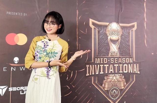 """Ngày ấy - bây giờ: Từ cô gái 17 tuổi ngây thơ làm Esports đến Minh Nghi nữ MC """"quốc dân vạn người mê - Ảnh 12."""