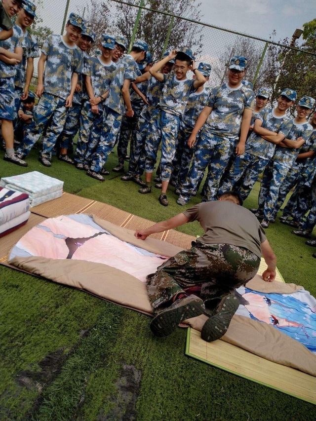 Tấm chăn mới mua: Thanh niên mới nhập ngũ mang theo waifu vào trại, bị cả lớp lôi ra thực hành - Ảnh 1.