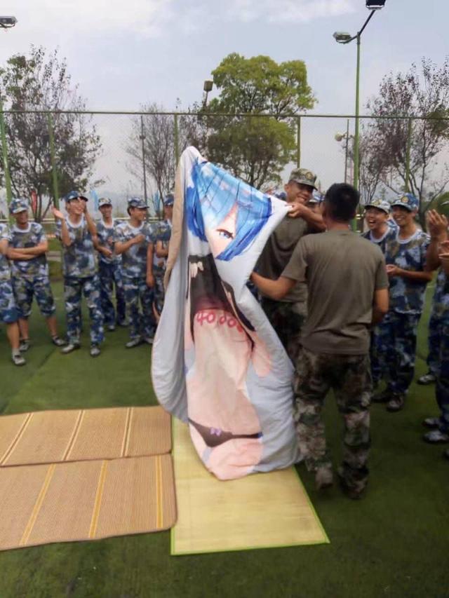 Tấm chăn mới mua: Thanh niên mới nhập ngũ mang theo waifu vào trại, bị cả lớp lôi ra thực hành - Ảnh 3.