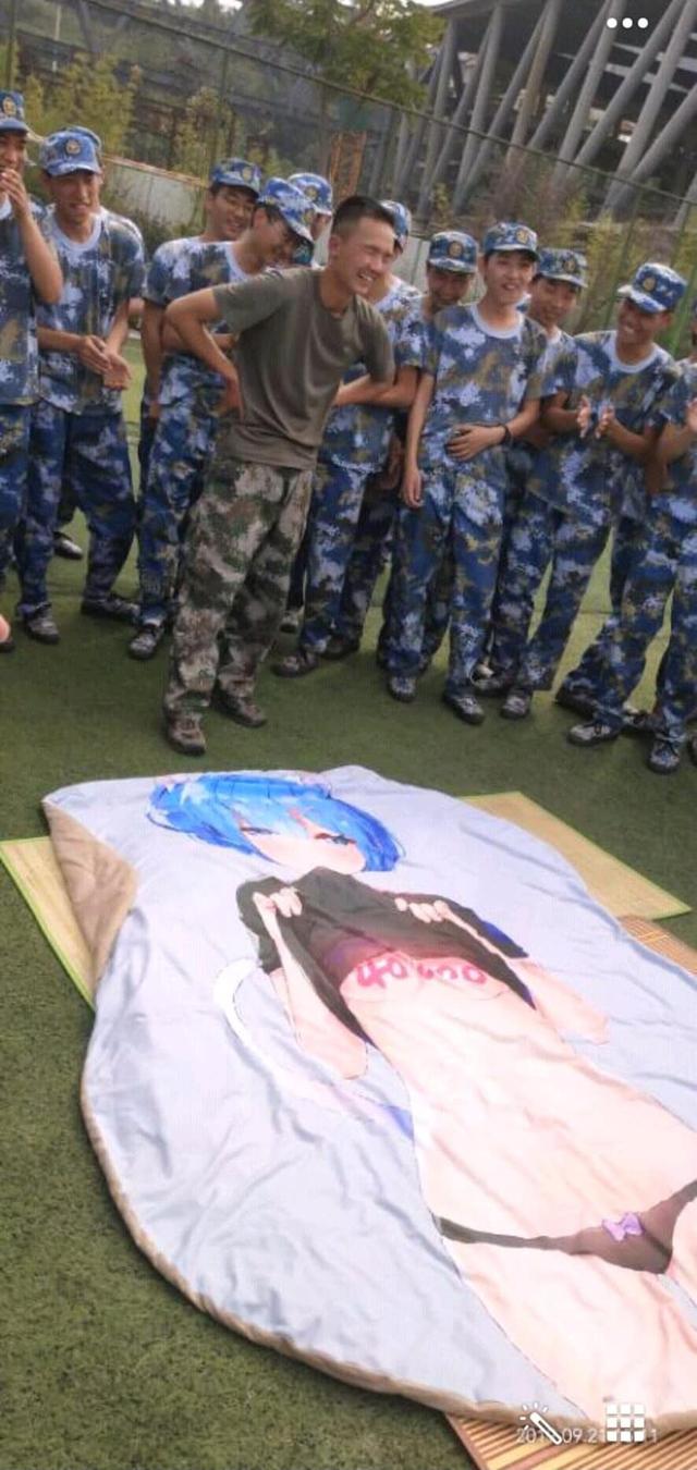 Tấm chăn mới mua: Thanh niên mới nhập ngũ mang theo waifu vào trại, bị cả lớp lôi ra thực hành - Ảnh 2.