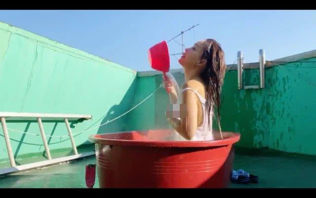 Tự làm clip tắm bồn, lộ điểm nhạy cảm trên sóng, nàng YouTuber bị lên án mạnh mẽ vẫn hút hơn 400.00 view - Ảnh 4.