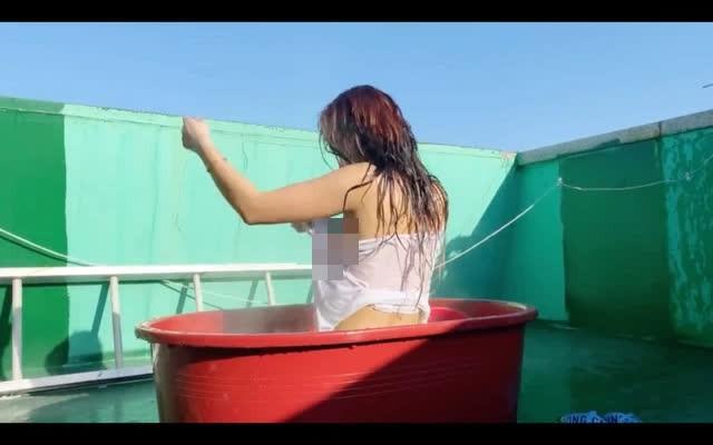 Tự làm clip tắm bồn, lộ điểm nhạy cảm trên sóng, nàng YouTuber bị lên án mạnh mẽ vẫn hút hơn 400.00 view - Ảnh 5.