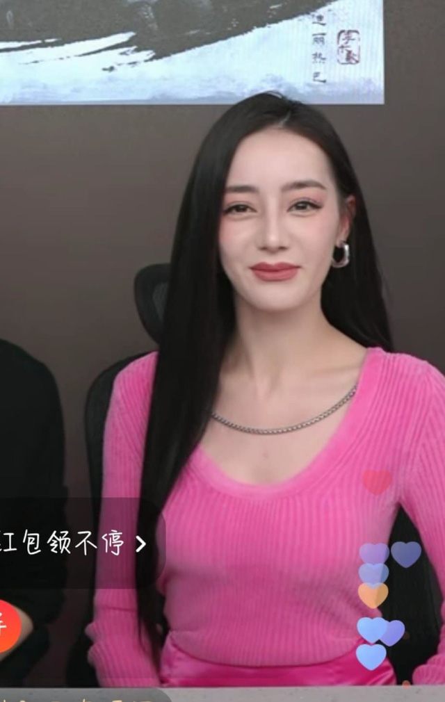 Lộ mặt đơ cứng, già nua trên sóng livestream, Địch Lệ Nhiệt Ba tiếp tục bị fan đặt nghi vấn về nhan sắc thật - Ảnh 3.