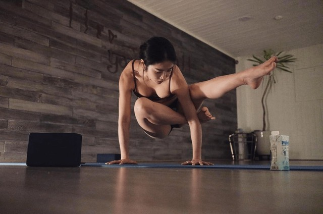 Dạy yoga quá có tâm trên sóng, nữ streamer gợi cảm bỗng chốc quên nội y, khiến clip hút cả triệu view theo dõi - Ảnh 6.