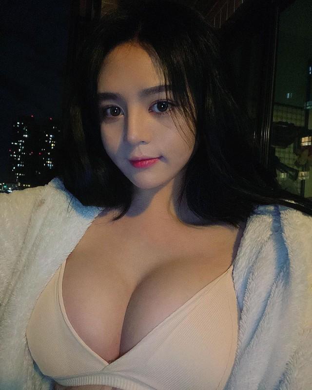 Bị gió thổi tụt áo giữa chợ hoa, cô nàng hot girl bất ngờ nổi rần rần trên mạng, info trở thành từ khóa tìm kiếm hot - Ảnh 6.