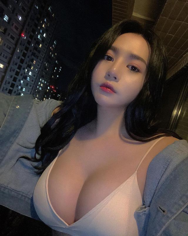 Bị gió thổi tụt áo giữa chợ hoa, cô nàng hot girl bất ngờ nổi rần rần trên mạng, info trở thành từ khóa tìm kiếm hot - Ảnh 7.