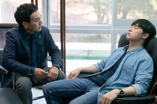 Thêm một bộ phim Hàn Quốc khai thác đề tài thôi miên - yếu tố rùng rợn bậc nhất của dòng phim kinh dị - Ảnh 4.