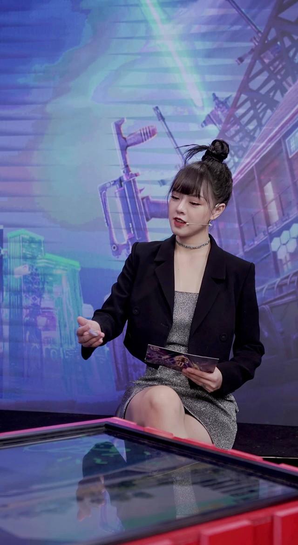 Không lung linh như trên sóng live, nữ MC xinh đẹp tại PMPL S3 hé lộ: Thức khuya, rơi nước mắt vì nhiều áp lực! - Ảnh 4.