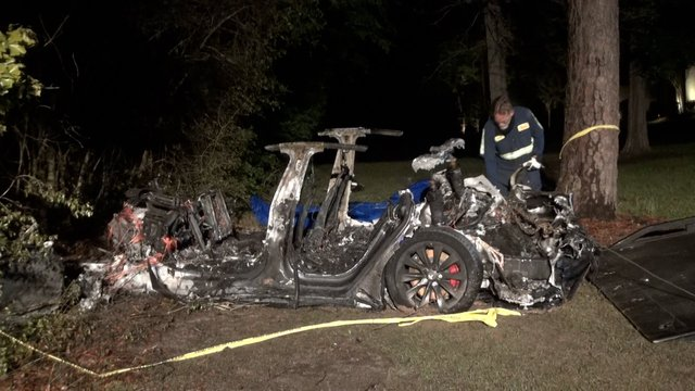 Elon Musk's Tesla electric car crashed and caught fire, killing two people, no one sitting in the driver's seat - Photo 2.
