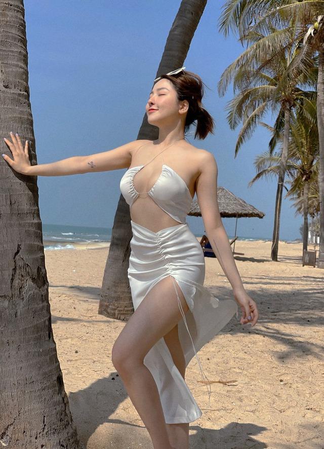 Khoe ảnh nóng bỏng với bikini trên biển, Trâm Anh khiến CĐM phải bỏng mắt, hết lời khen ngợi nhan sắc - Ảnh 1.