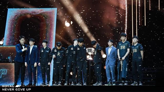 Chuyện thật như đùa: Hội fan RNG in sẵn băng rôn chào mừng Á quân vì không dám tin đội nhà có thể vô địch? - Ảnh 2.