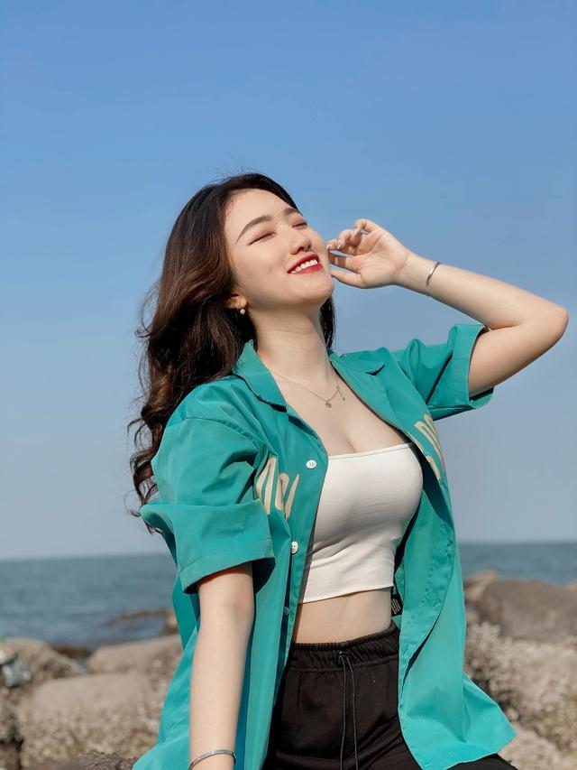 Chiêm ngưỡng nhan sắc rạng ngời của Linh Nắng - Nữ MC giải đấu VALORANT đang khiến cộng đồng ráo riết tìm info - Ảnh 3.