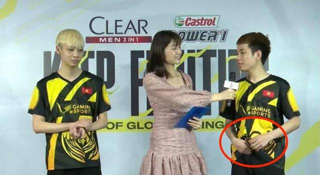 Đứng cạnh MC Bảo Hằng, lại thêm một cái tay hư hỏng bị bắt quả tang trên sóng - Ảnh 1.