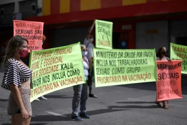 Gái mại dâm Brazil diễu hành đòi tiêm vắc xin Covid-19 vì cũng ở 'tuyến đầu' - Ảnh 1.