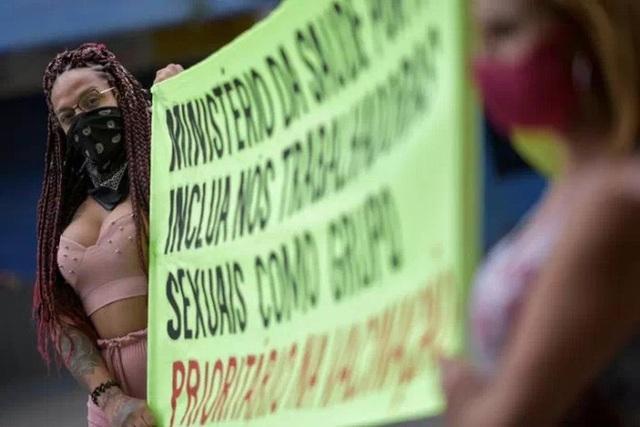 Gái mại dâm Brazil diễu hành đòi tiêm vắc xin Covid-19 vì cũng ở 'tuyến đầu' - Ảnh 3.