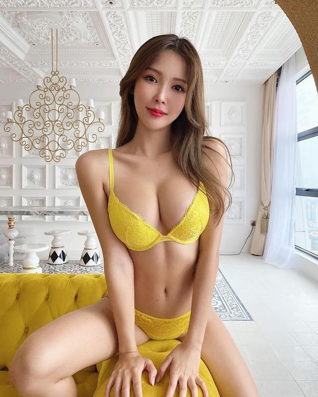 Nữ streamer xinh đẹp gây sốc khi nhận tiền rồi để fan thoải mái đụng chạm, cởi áo, tuyên bố nhờ vậy mà kiếm được hơn 2 tỷ mỗi tháng - Ảnh 1.