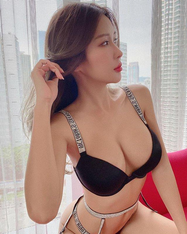 Nữ streamer xinh đẹp gây sốc khi nhận tiền rồi để fan thoải mái đụng chạm, cởi áo, tuyên bố nhờ vậy mà kiếm được hơn 2 tỷ mỗi tháng - Ảnh 2.