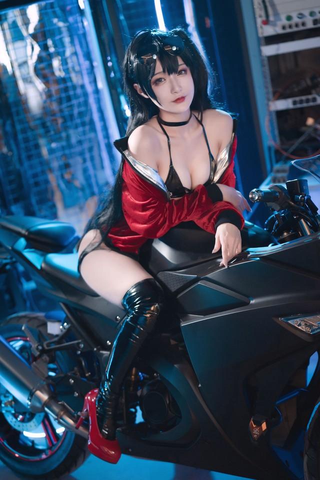 Ngắm nàng Taihou trong Azur Lane cưỡi môtô thôi mà anh em cũng phải thở hổn hển vì mất sức - Ảnh 2.