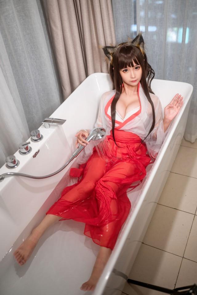 Mùa hè bớt nóng nực hơn khi ngắm nữ pháp sư diện váy lụa mỏng ngâm mình trong bồn tắm - Ảnh 5.