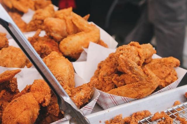 Ăn chùa hơn 700 triệu tiền KFC, nam sinh viên đại học được một vé đi tù 2 năm - Ảnh 1.