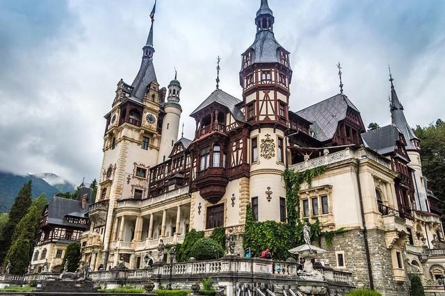 Chiêm ngưỡng lâu đài Dimitrescu trong Resident Evil Village ngoài đời thật, nguy nga, tráng lệ không kém gì game - Ảnh 1.