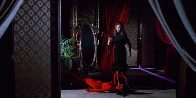 Điểm lại 10 tác phẩm kinh dị Ý đã trở thành niềm cảm hứng cho dòng phim chặt chém ở Mỹ - Ảnh 10.