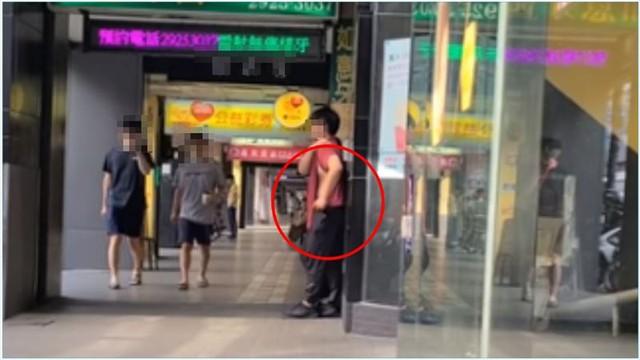 """cô gái thẳng tay """"đi đường quyền"""", xé áo bạn trai gây bức xúc 3136932-ph-16201257425721357222321"""