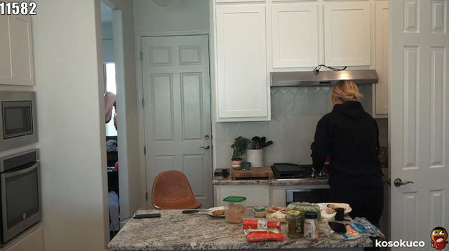 Đang livestream thì bếp ga bốc cháy, nam YouTuber bỏ của chạy lấy người, để lại bạn gái hoang mang, cay cú và cái kết - Ảnh 3.