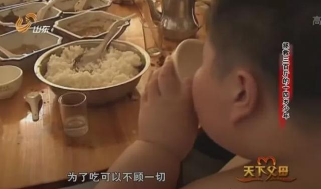 14 tuổi nặng 180kg, cậu nhóc ăn gấp 7 lần người bình thường, phụ huynh phải lên YouTube cầu viện cứu trợ - Ảnh 3.