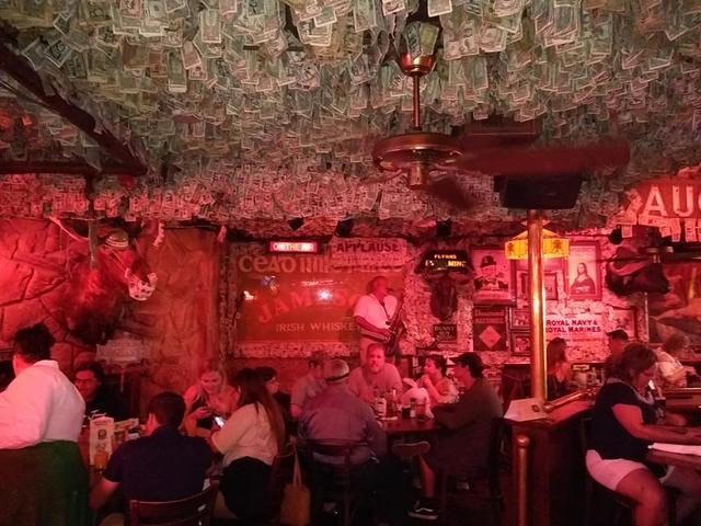 Nhà thừa tiền không biết làm gì, chủ quán rượu dán hơn 4 tỷ lên tường trang trí cho vui - Ảnh 3.