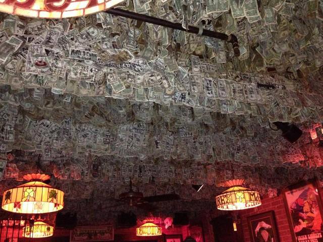 Nhà thừa tiền không biết làm gì, chủ quán rượu dán hơn 4 tỷ lên tường trang trí cho vui - Ảnh 2.