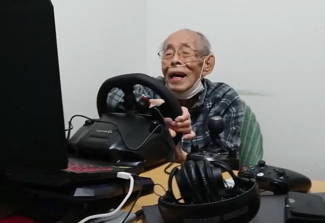 """Gây """"sốt"""" mạng xã hội, game thủ 93 tuổi đeo ống thở vẫn phá đảo các đường đua - Ảnh 3."""